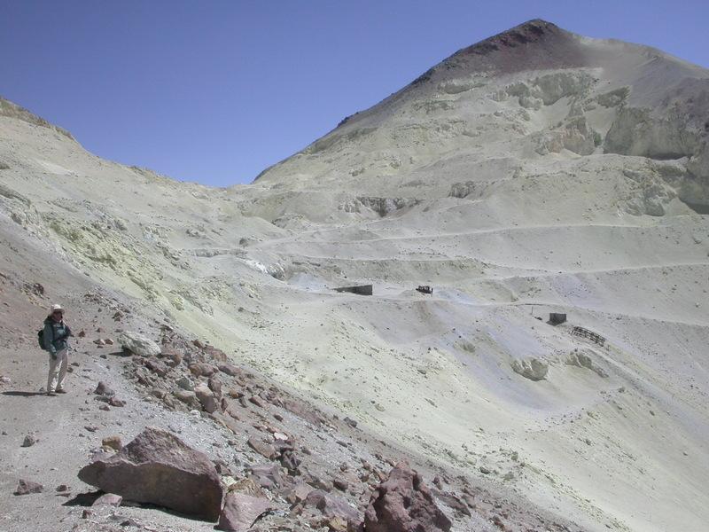 Potrzeby człowieka - powietrze - Zdjęcie przedstawiające kopalnię siarki w Aucanquilcha, Chile.
