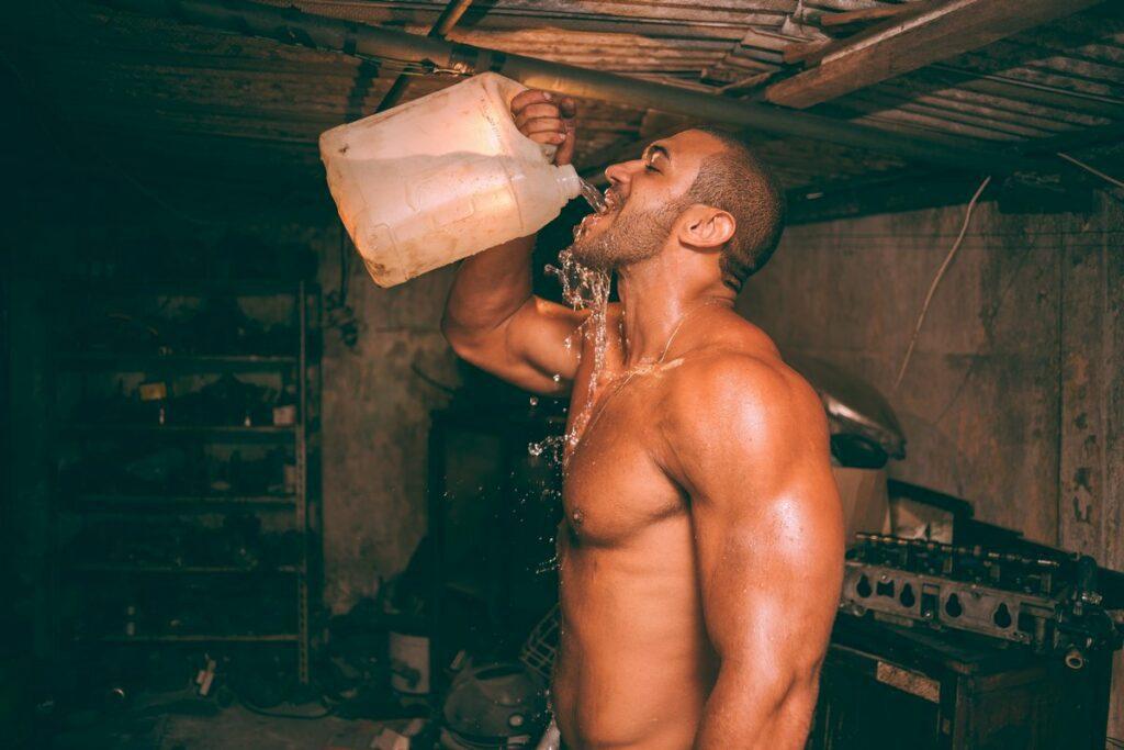 Szczur pijący wodę